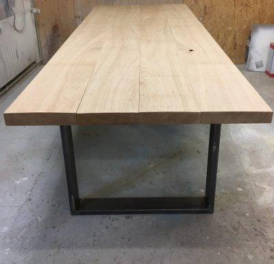 Tisch aus Eichebohlen