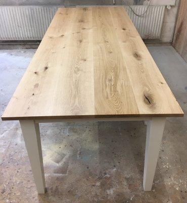 Tisch aus rustikaler Wildeiche
